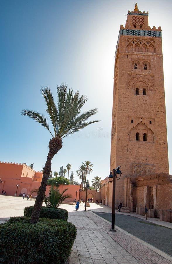 Moscheenminarett mit Palme stockfotografie
