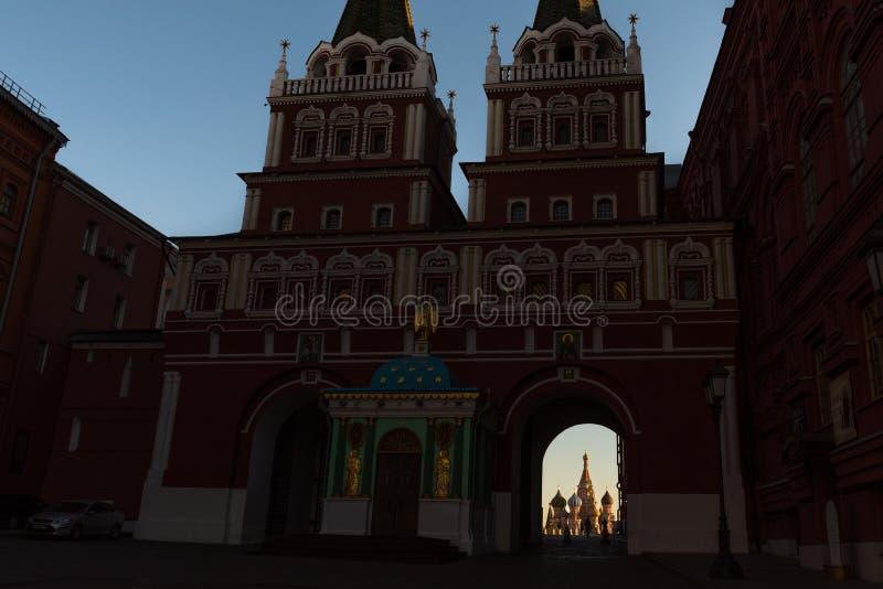 Moscou, atrás do quadrado vermelho, vista da catedral do ` s da manjericão do St fotografia de stock royalty free