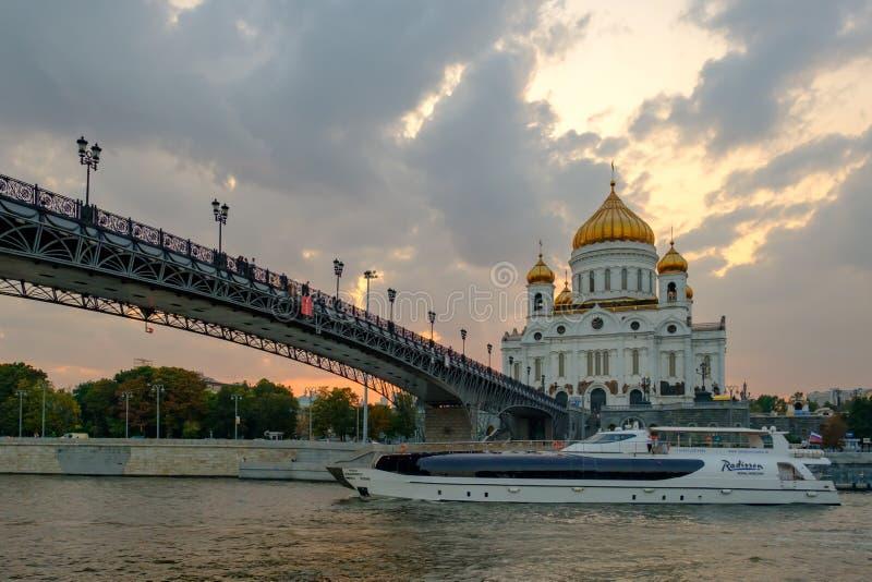 MOSCOU - 30 de agosto de 2018: paisagem com vista no templo de Cristo o salvador no por do sol e no navio de cruzeiros no rio foto de stock royalty free