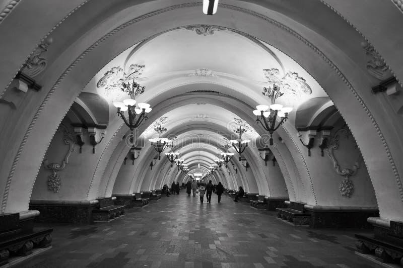 Moscou - 10 de janeiro de 2017: Trem de espera dos povos na Moscou fotografia de stock royalty free