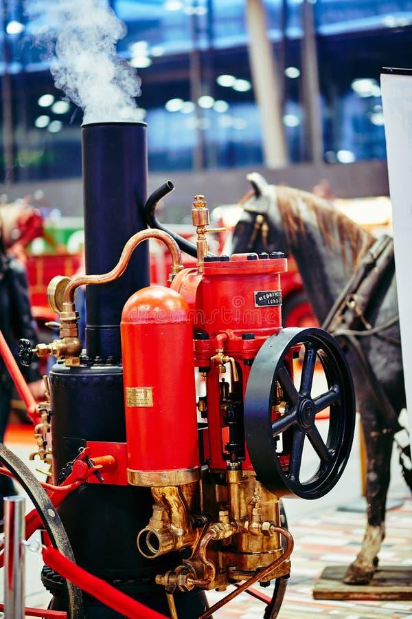 MOSCOU - 9 DE MARÇO DE 2018: Bomba de fogo velha inglesa do vapor na exposição imagens de stock royalty free
