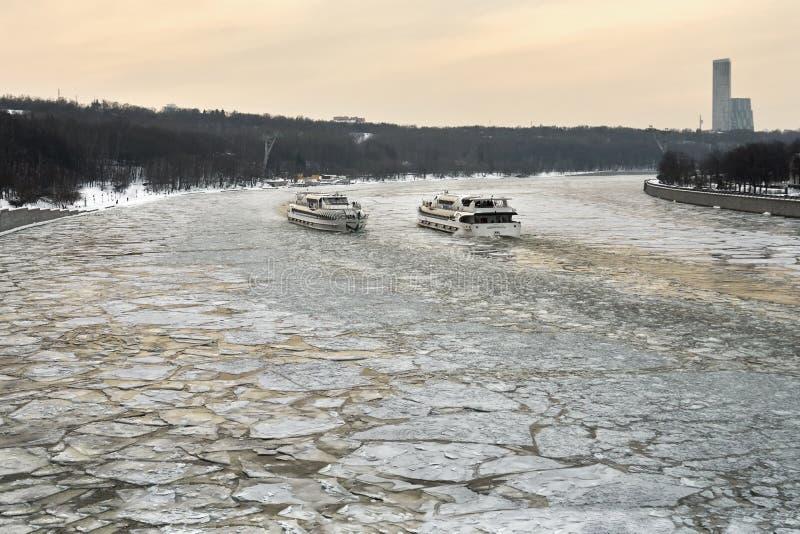Moscou - 3 de março de 2018 Dois navios que navegam ao longo do Moscou-rio coberto com um gelo quebrado para se foto de stock royalty free