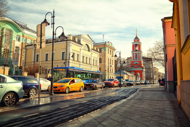 Moscou - 18 de março: Rua de Pyatnitskaya, o centro histórico Zamoskvorechie Carros no asfalto Rússia, Moscou, o 18 de março de 2 fotografia de stock
