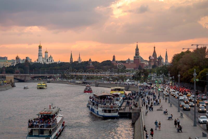 Moscou - 24 de setembro de 2018 Nivelando a vista do parque do Kremlin, do Zaryadye de Moscou e de navios no rio de Moscou na fre fotos de stock