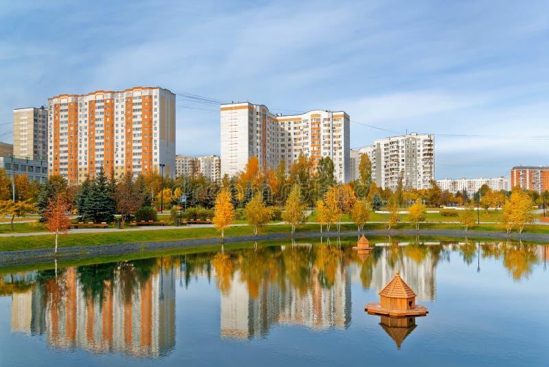 Moscou, distrito de Butovo, construção nova, vista da janela no território perto da casa, casas novas, construção foto de stock royalty free
