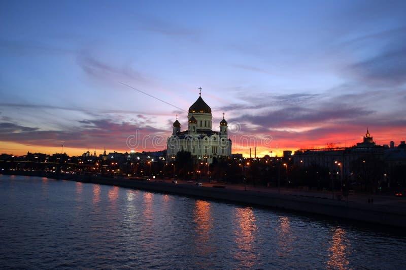 Moscou du centre le soir Vue de la cathédrale principale d'église de la Russie, cathédrale du Christ le sauveur et la rivière de  photo stock
