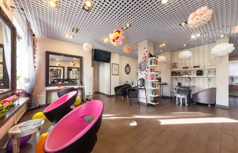 MOSCOU - EM ABRIL DE 2015: Interior do salão de beleza luxuoso Philosofiya Stilya O Salão principal fotos de stock