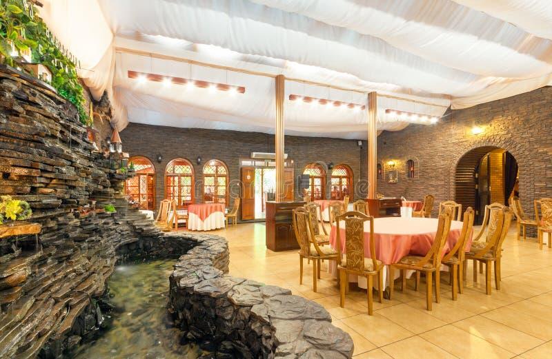 MOSCOU - EM AGOSTO DE 2014: Interior do restaurante da culinária caucasiano fotografia de stock royalty free