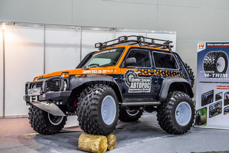 MOSCOU - EM AGOSTO DE 2016: O monster truck 4x4 de VAZ 2121 de LADA apresentou em MIAS Moscow International Automobile Salon o 20 imagens de stock royalty free