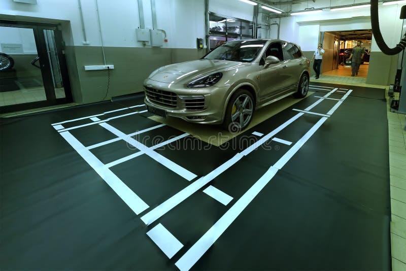 moscou Février 2019 Porsche Cayenne au centre de service Installation et calibrage de caméra de la vue 360 de bordure avant arriè photos stock