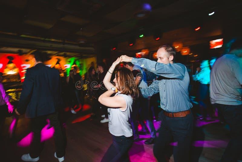MOSCOU, F?D?RATION DE RUSSIE - 13 OCTOBRE 2018 : Un couple d'une cinquantaine d'ann?es, un homme et une femme, Salsa de danse par photo stock