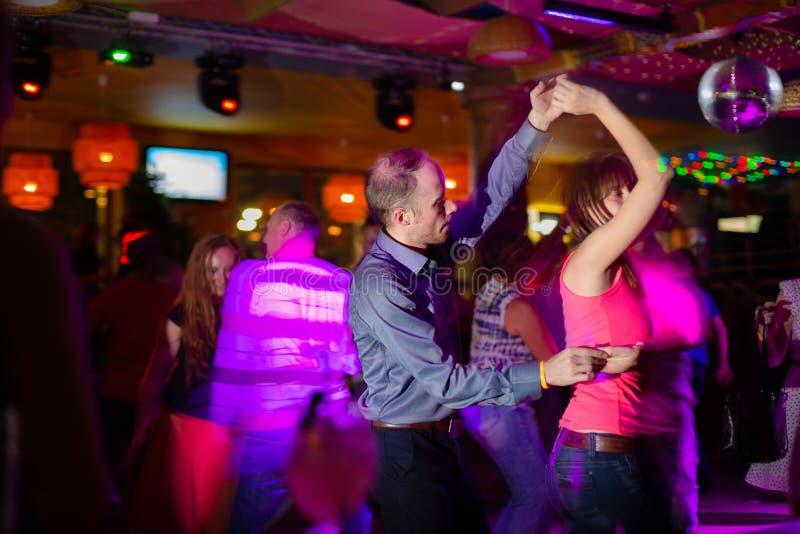 MOSCOU, F?D?RATION DE RUSSIE - 13 OCTOBRE 2018 : Un couple d'une cinquantaine d'ann?es, un homme et une femme, Salsa de danse par photos stock