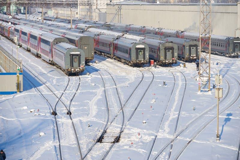MOSCOU, FEVEREIRO 01, 2018: Opinião do inverno em carros railway dos treinadores de passageiro no depósito da maneira do trilho s fotografia de stock royalty free