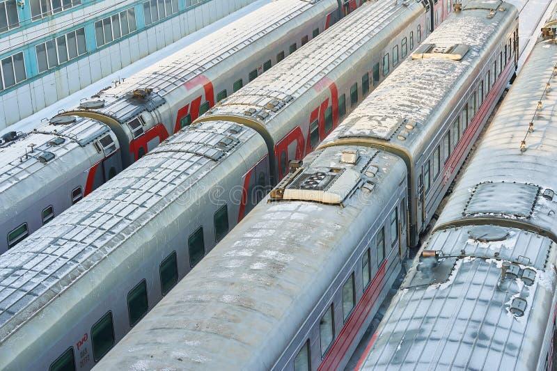 MOSCOU, FEVEREIRO 01, 2018: A opinião do inverno em carros railway dos treinadores de passageiro no depósito da maneira do trilho fotos de stock royalty free