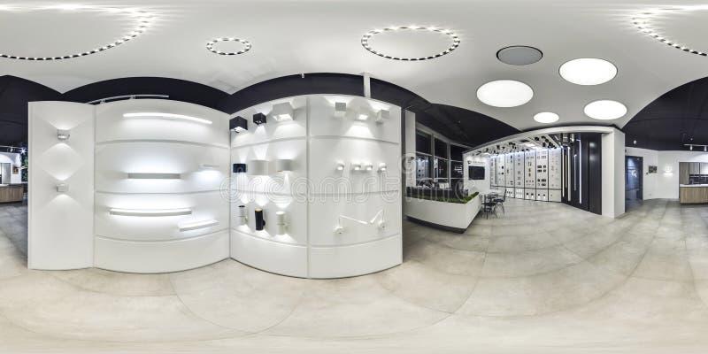 Moscou - 2018: Interior elegante bonito da loja do projeto da mobília na alameda moderna com interior do sótão Assoalho concreto  imagem de stock