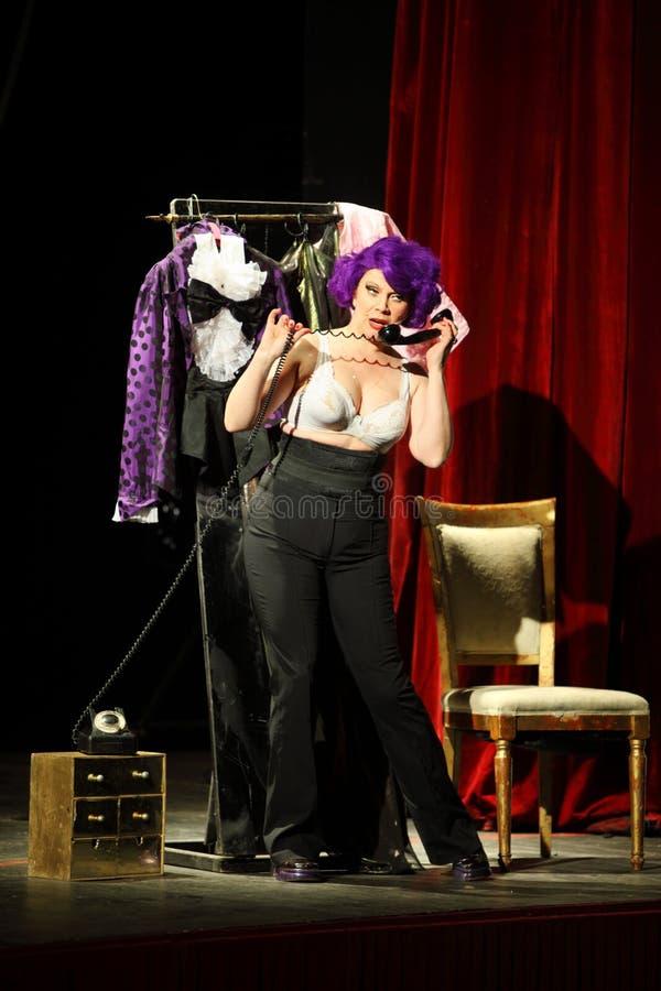 Alena Galliardt joue aux sorcières musicales d'Eastwick image libre de droits