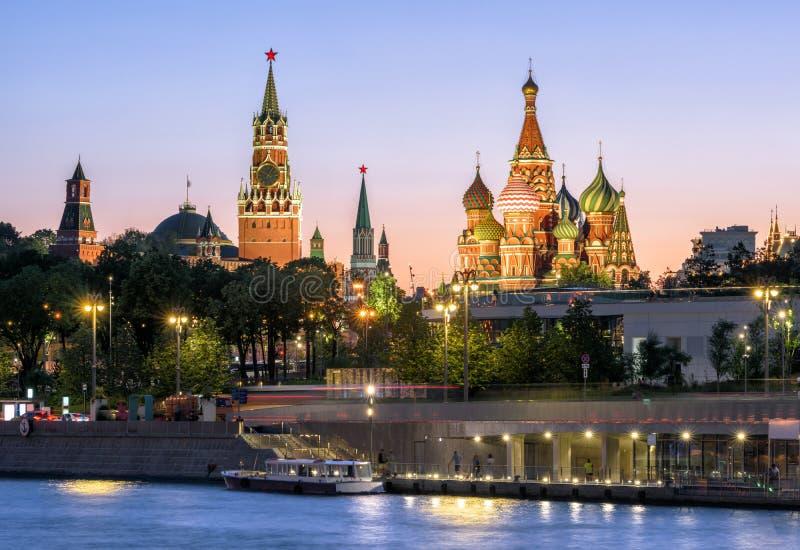 Moscou Kremlin et cathédrale de St Basil la nuit, Russie photo stock