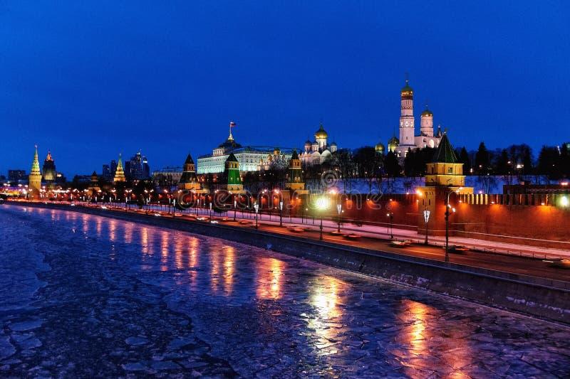Moscou Kremlin et rivière de Moskva la nuit de vacances d'hiver image libre de droits