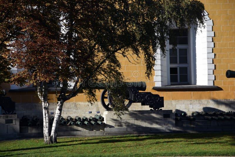 Moscou Kremlin Les vieux canons ont placé dans une rangée photo libre de droits
