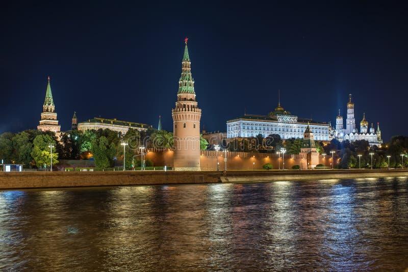 Moscou kremlin na noite, Rússia foto de stock royalty free