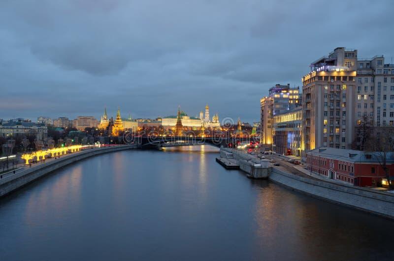 Moscou Kremlin, Prechistenskaya e Bersenevskaya são os seus embankings numa noite de inverno Moscou, Rússia imagem de stock royalty free