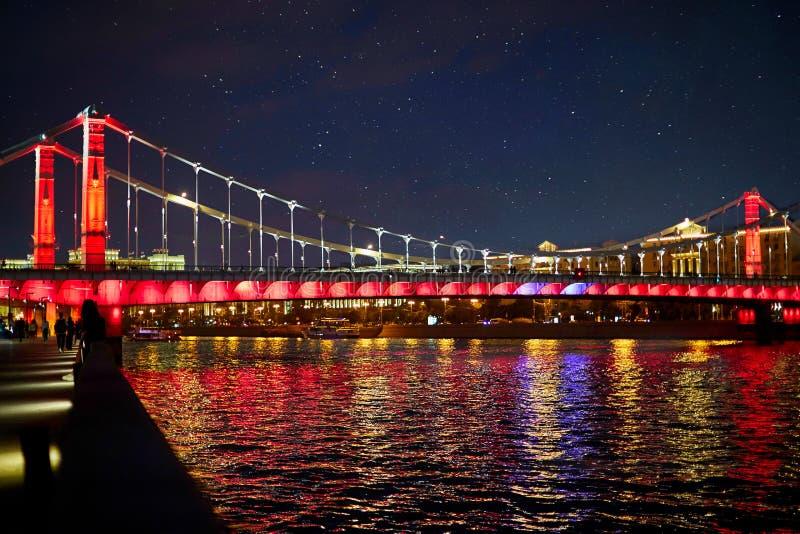 Moscou Kremlin Scène de nuit Le remblai de rivière de Moscou Le pont au-dessus de la rivière est décoré par des lumières en coule images stock