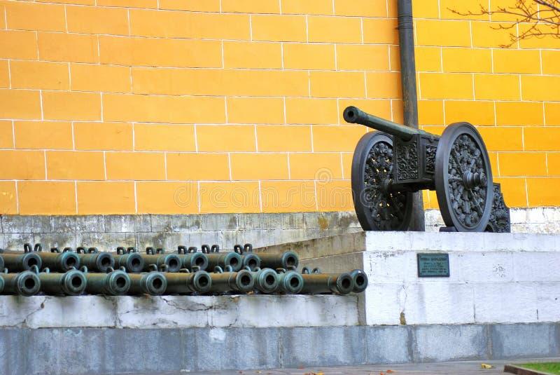 Moscou Kremlin Vieux canons mis le long du mur jaune photo stock