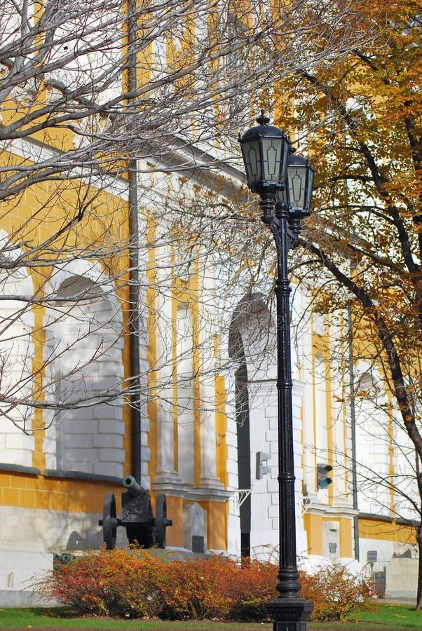 Moscou Kremlin Vieux canons mis le long du mur jaune image libre de droits