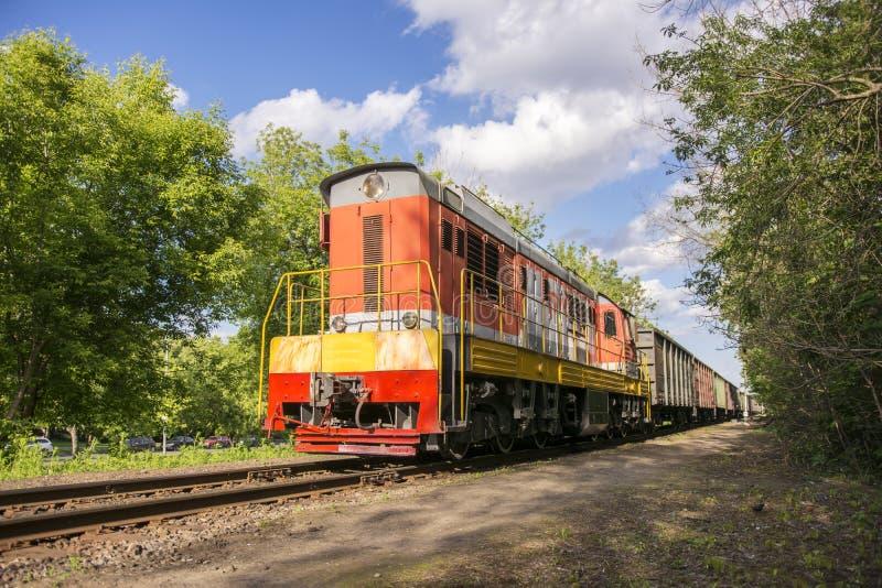moscou La Russie 27 peut 2019 La locomotive russe est pr?vue pour le transport des voitures et des r?servoirs de fret ferroviaire images stock