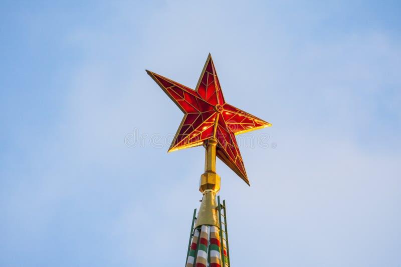 Moscou, o Kremlin, a estrela vermelha na torre de Spasskaya imagem de stock
