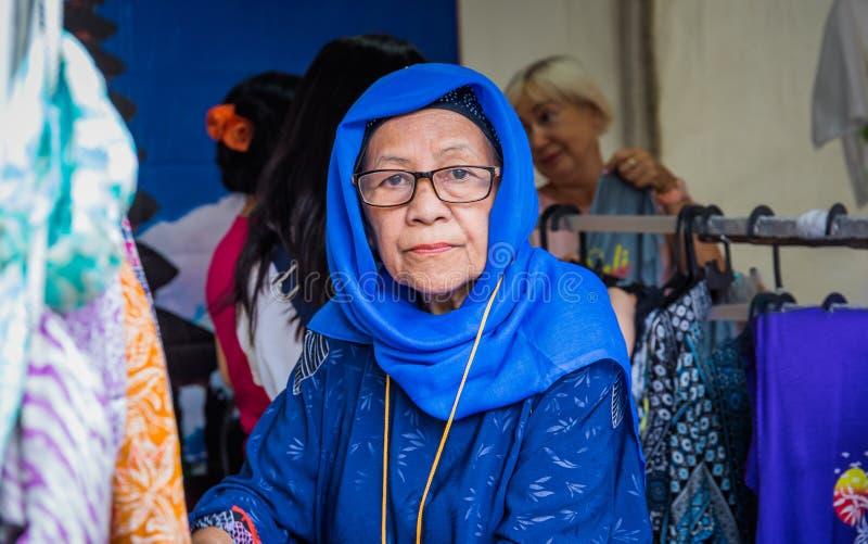 Moscou, parc sur Krasnaya Presnya, le 5 août 2018 : Portrait d'une femme agée d'Indonésie avec des verres regardant la caméra photo stock