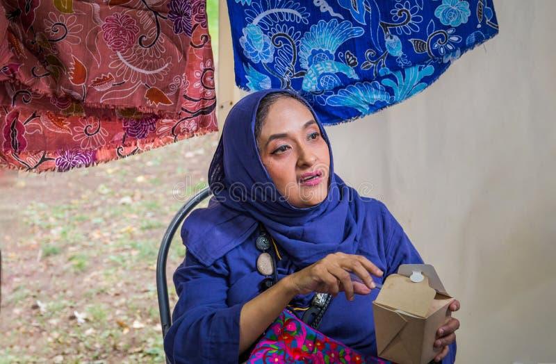 Moscou, parc sur Krasnaya Presnya, le 5 août 2018 : Portrait d'une femme agée d'Indonésie regardant à partir de la caméra images stock