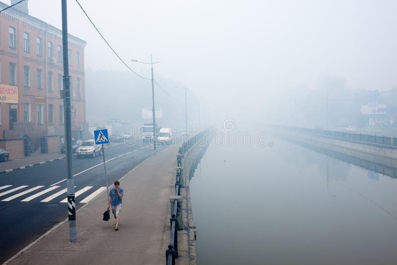 Moscou a pollué par le brouillard enfumé des incendies de forêt images libres de droits