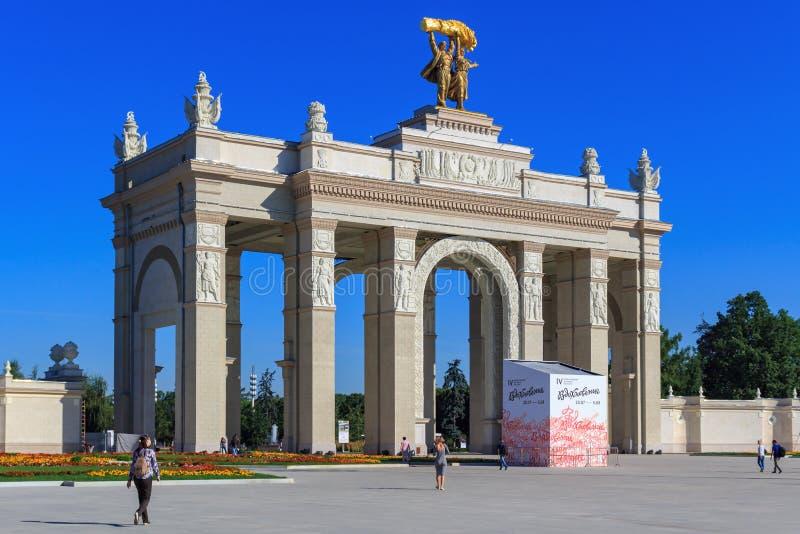 Moscou, Rússia - 1º de agosto de 2018: Arco da entrada principal na exposição das realizações da economia nacional VDNH no aga de fotografia de stock royalty free
