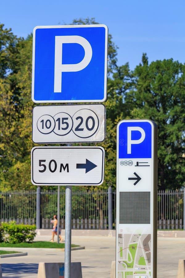 Moscou, Rússia - 1º de agosto de 2018: Sinal de estrada de estacionamento pago na rua do close up de Moscou no dia de verão ensol imagem de stock