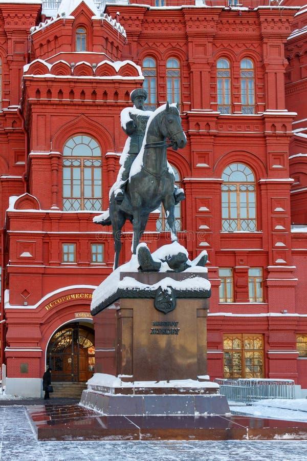Moscou, Rússia - 1º de fevereiro de 2018: Monumento ao marechal Zhukovon no fundo do museu histórico do estado Moscovo no inverno foto de stock