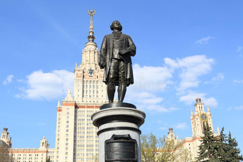 Moscou, Rússia - 1º de maio de 2019: Escultura de Mikhail Vasilyevich Lomonosov na perspectiva da universidade estadual de Moscou imagens de stock