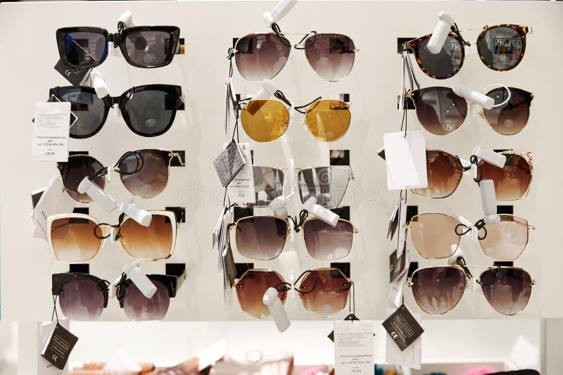 Moscou, Rússia, 02 02 2019: Óculos de sol bonitos na exposição, grande projeto para imagem de stock royalty free