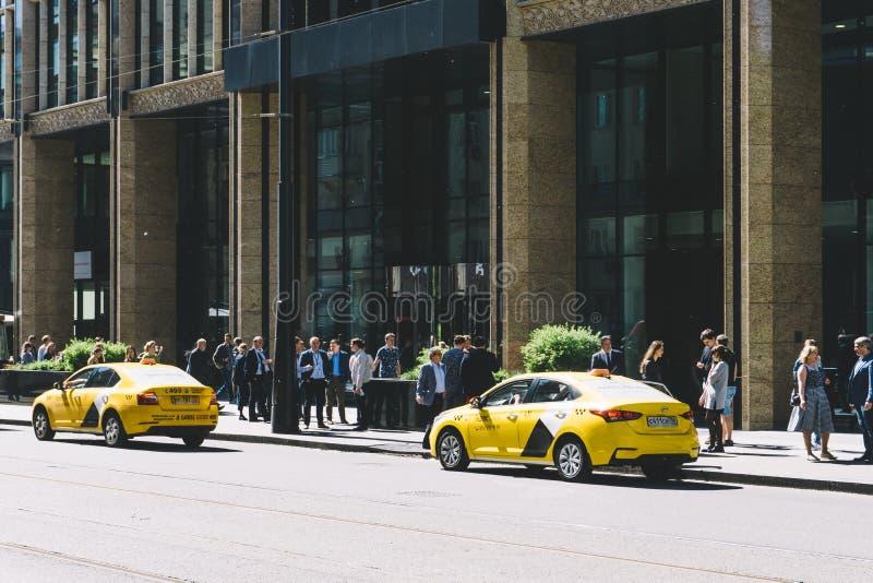 Moscou, Rússia — 27 de maio de 2019: Carro do táxi de Yandex próximo no centro de Moscou na rua central foto de stock