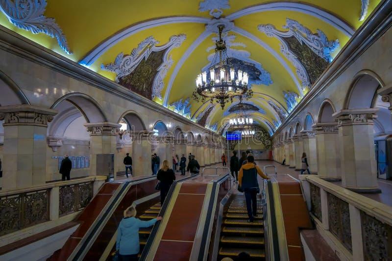 MOSCOU, RÚSSIA ABRIL, 29, 2018: Opinião interna os povos que andam em cima e em baixo na estação de metro Komsomolskaya em fotos de stock royalty free