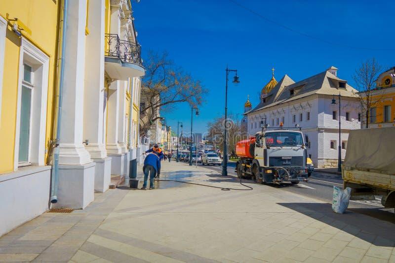 MOSCOU, RÚSSIA ABRIL, 24, 2018: Opinião o homem que conduz uma máquina da limpeza que lava o pavimento com água após o evento den imagens de stock royalty free