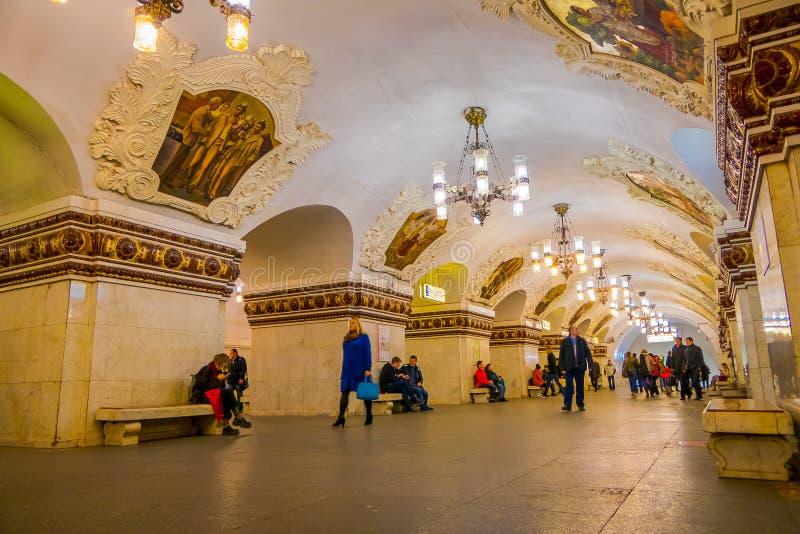 MOSCOU, RÚSSIA ABRIL, 29, 2018: Povos não identificados que andam na estação de metro de Kievskaya em Moscou Está no imagens de stock