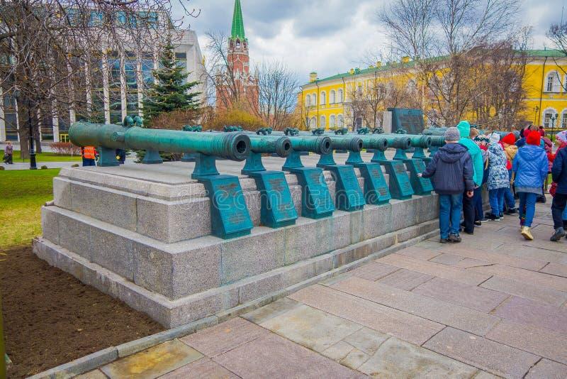 MOSCOU, RÚSSIA ABRIL, 24, 2018: Povos que andam perto dos troncos militares velhos de canhões antigos A coleção incorpora imagens de stock royalty free