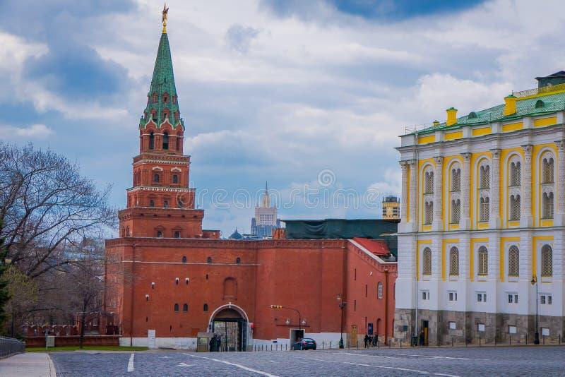 MOSCOU, RÚSSIA ABRIL, 29, 2018: Vista exterior da construção da câmara do arsenal e da torre de Borovitskaya do imagens de stock