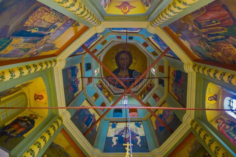 MOSCOU, RÚSSIA ABRIL, 29, 2018: Vista interior da parede cinzelada e de pinturas coloridas dentro da catedral do ` s da manjericã foto de stock royalty free