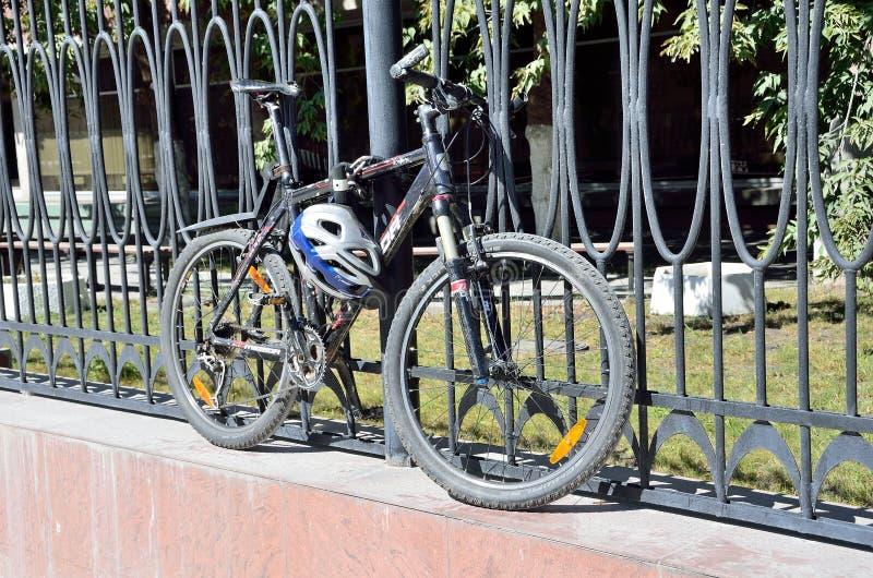 Moscou, Rússia, agosto, 21,2016 Ninguém, bike é prendido à cerca com dispositivo dos antigonos fotografia de stock royalty free