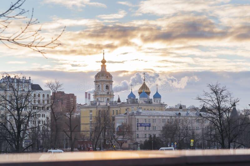 MOSCOU, RÚSSIA - 02 27 2019: Alvorecer sobre Moscou, templo, igreja, capela, cruzes e abóbadas, monastério de Novospassky Stavrop imagens de stock