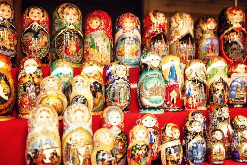 Moscou, Rússia, 08/06/2019: Bonecas do aninhamento no contador na feira no quadrado vermelho Close-up fotos de stock