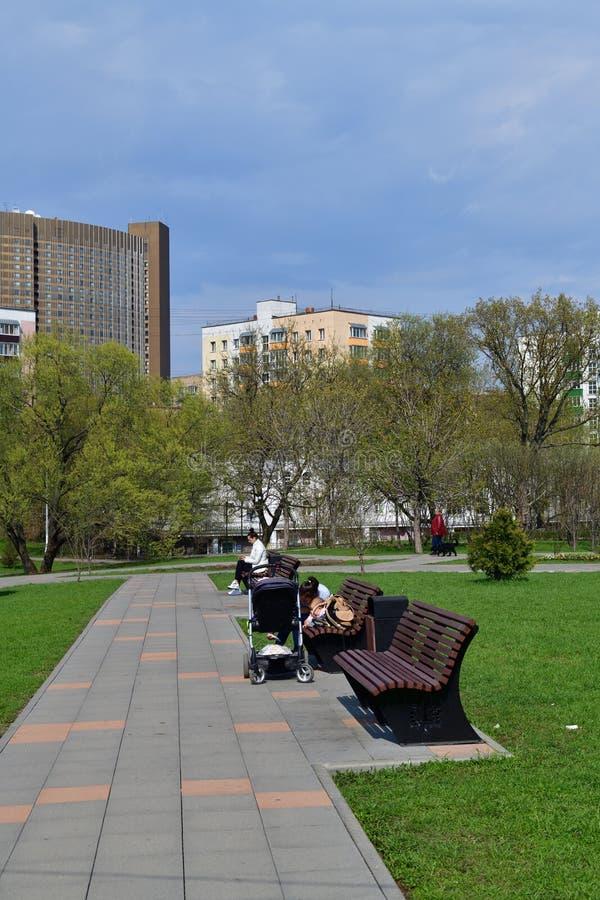 Moscou, Rússia - 30 de abril 2018 Bulevar no distrito de Alekseevsky da cidade fotos de stock royalty free