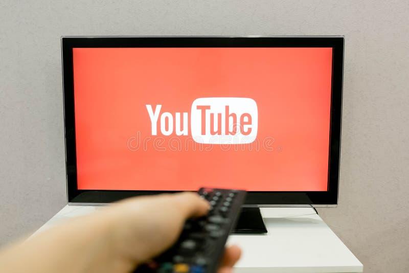 Moscou, Rússia - 24 de abril de 2017: Jogador video app do canal de YouTube na tevê esperta YouTube permite biliões de povos a imagens de stock